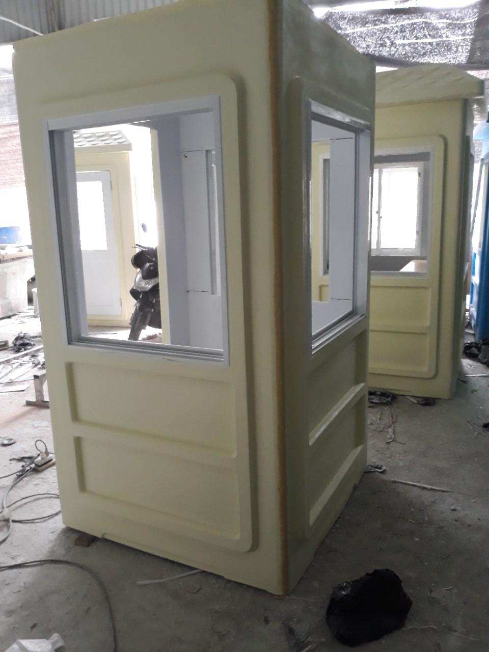 Lắp ráp thay thế kính cửa sổ cho nhà bảo vệ