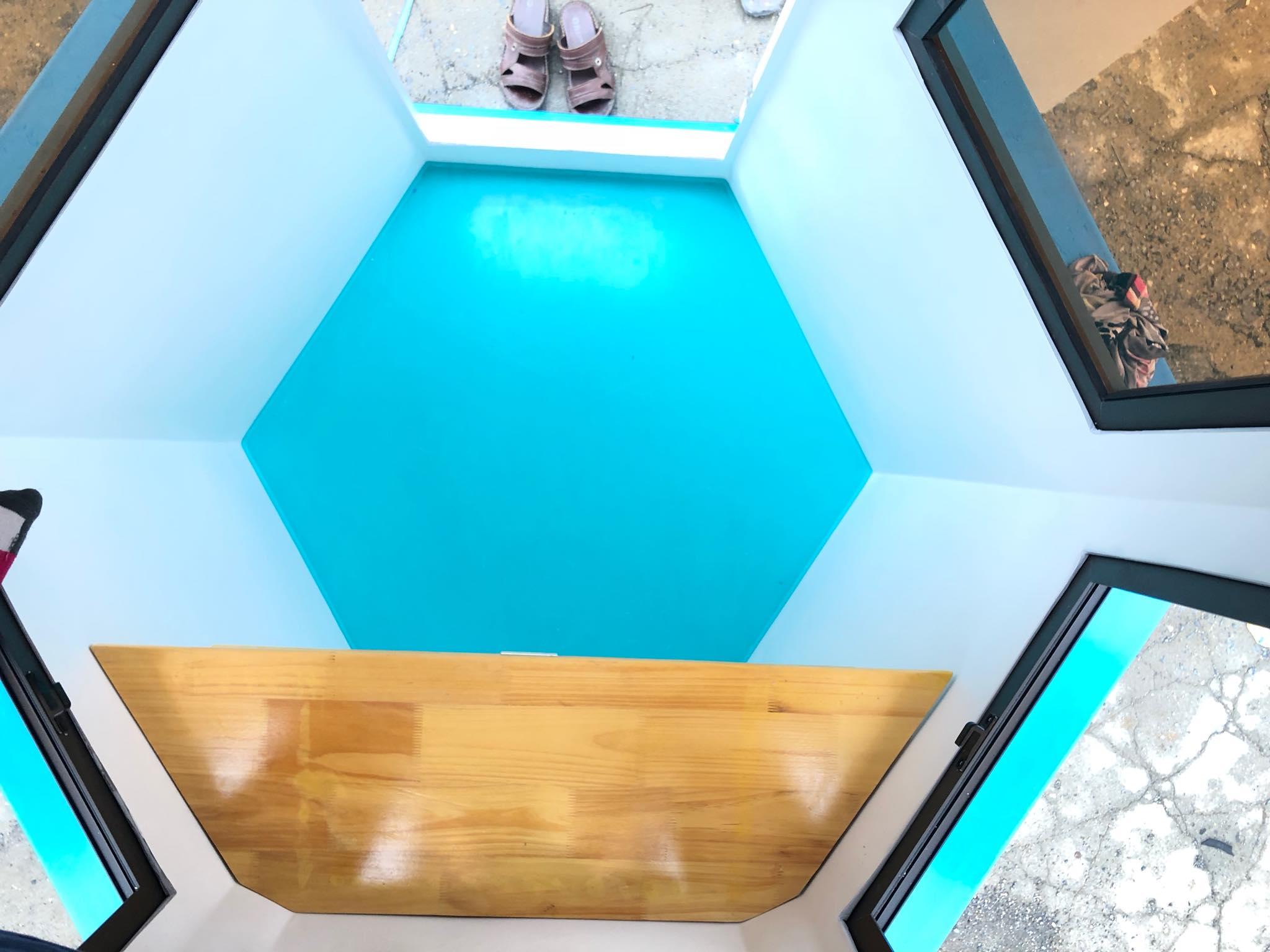 Sàn bằng vật liệu composite đúc liền với thân của nội thất
