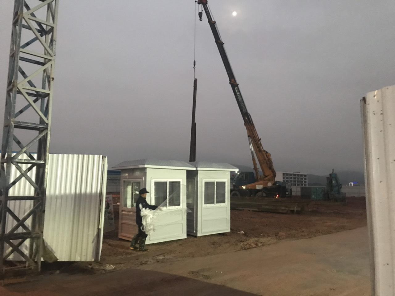 Lắp đặt chốt cabin bảo vệ công trình